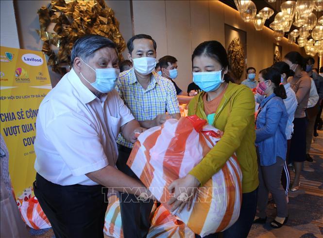 Đà Nẵng trao 350 suất quà cho người lao động ngành du lịch gặp khó khăn do dịch COVID-19
